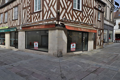 Local commercial Compiègne 31.8 m2 + Sous-sol ( petite restauration possible)